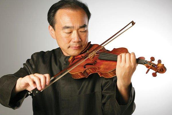 Photograph of violinist Cho-Liang Lin playing his instrument.
